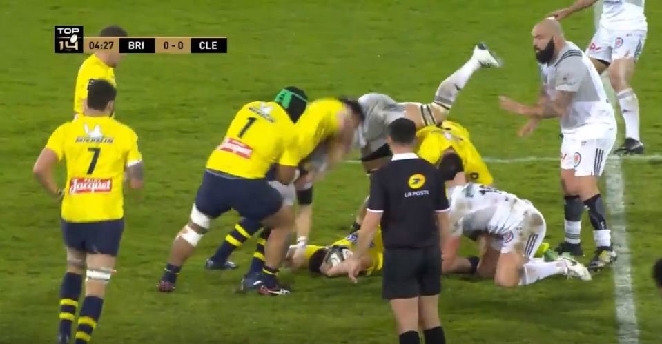 Brive flyhalf demonstrates how to utterly dominate your opposite number with tackle