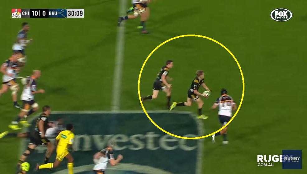 VIDEO: Damian McKenzie throws an unbelievable pass to set up his own try