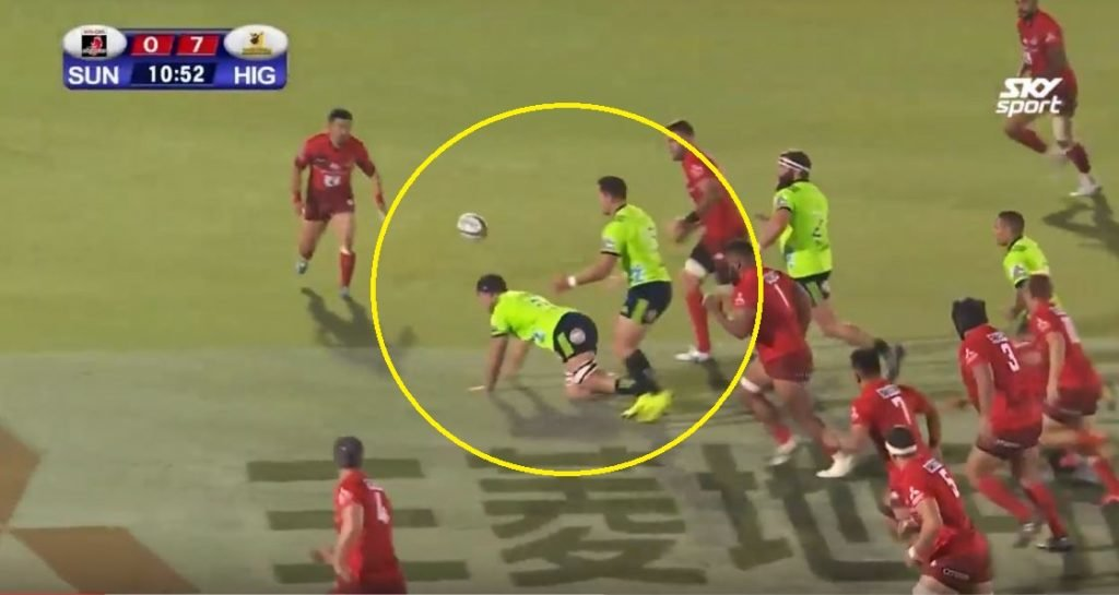 FOOTAGE: Super Rugby ref ignores world's most obvious forward pass