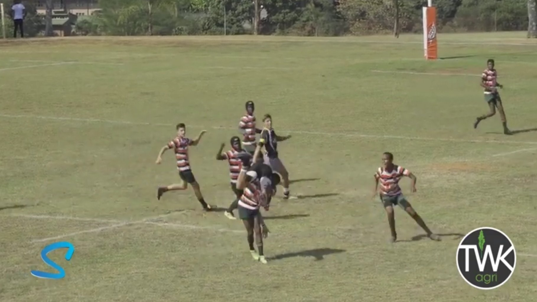 FOOTAGE: Teen shows its never too late to pull out of a horror tackle
