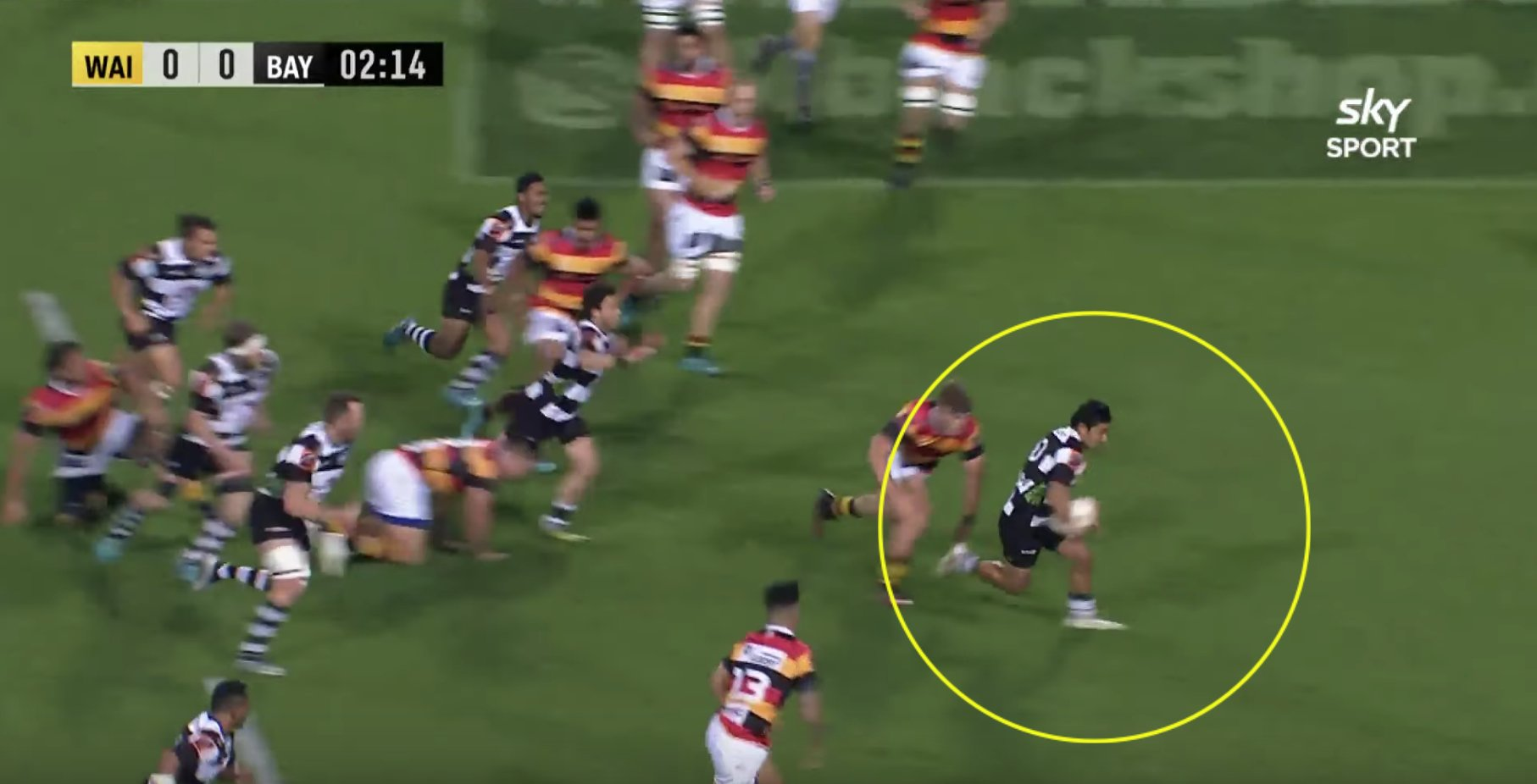 Fly-half somehow beats 7 defenders to score superb solo try
